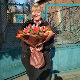 Именинница с букетом из тюльпанов - фото