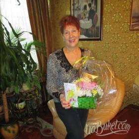 Именинница с корзиной цветов и открыткой - фото