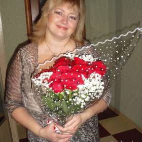 Получатель с букетом из роз и гипсофилы - фото