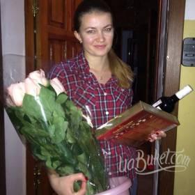 Получатель с букетом из роз, конфетами и шампанским - фото