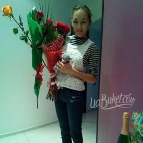 Розы в декоративной упаковке для именинницы - фото