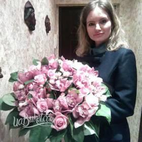 Девушка с букетом из розовых роз и орхидей - фото