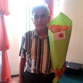 Именинник с букетом оранжевых роз - фото