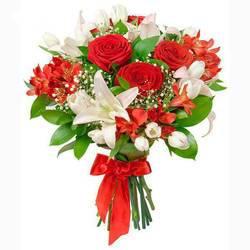 контраст белых лилий и красных роз.jpeg