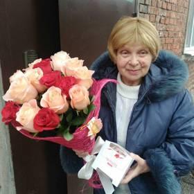Получательница с розами и конфетами - фото