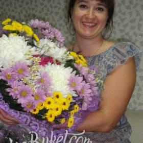 Очаровательная именинница с букетом хризантем - фото
