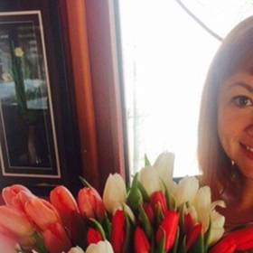 Получательница с букетом белых и красных тюльпанов - фото