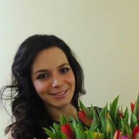 Девушка с букетом разноцветных тюльпанов в руках - фото