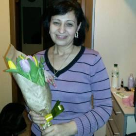 Получательница с букетом тюльпанов - фото