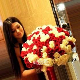 Букет белых и красных роз для получательницы - фото