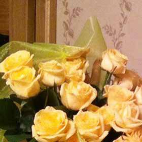 Девушка с букетом желтых роз - фото