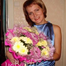 Счастливая получательница с букетом хризантем - фото
