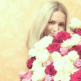 Девушка с большим букетом роз - фото