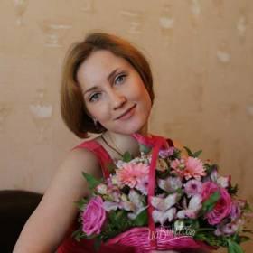 Девушка с корзинкой сборных цветов - фото