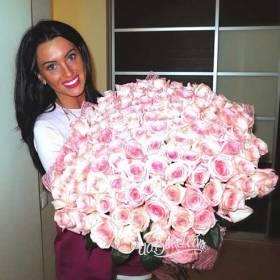 Получательница с большим букетом роз - фото