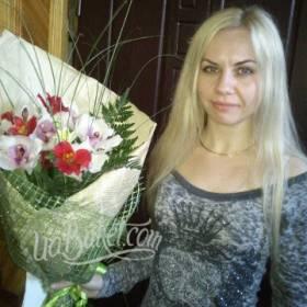 Получательница с букетом орхидей и альстромерий - фото