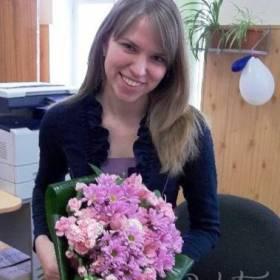 Девушка с букетом розовых гвоздик и хризантем - фото