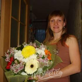 Получательница с букетом из гербер, альстромерий и хризантем