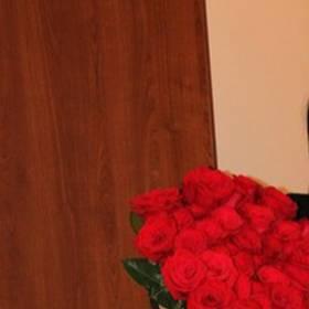 Счастливая получательница с букетом красных роз