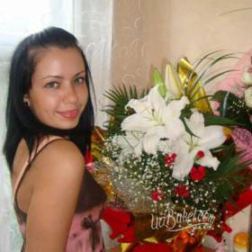 Счастливая получательница с букетом из роз и лилий - фото