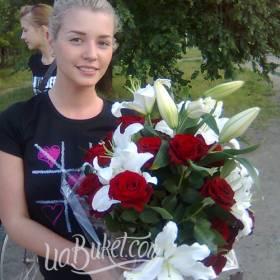 Букет красных роз и белых лилий для именинницы- фото