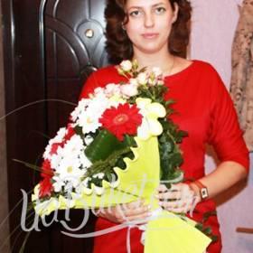 Девушка с ярким букетом из хризантем и гербер - фото