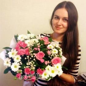 Девушка с букетом из роз и хризантем - фото