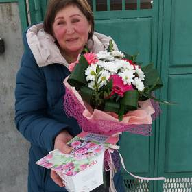 Получательница с букетом из хризантем и гербер - фото