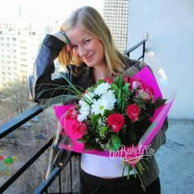 Получательница с букетом роз и хризантем - фото