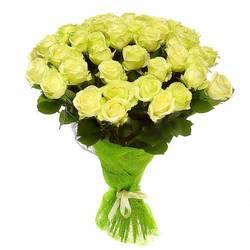 бело-зеленые розы в природной обертке.jpeg