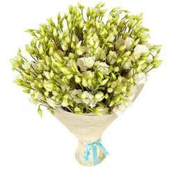 белые цветы в красивой упаковке.jpeg